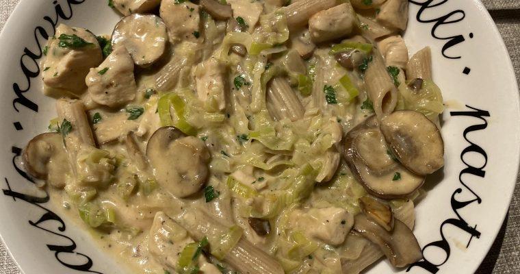 Pasta met kip in champignon-prei saus